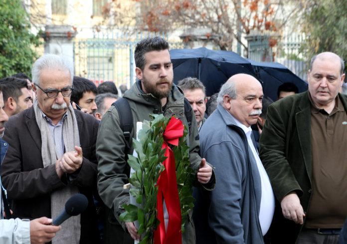 Ο γραμματέας της Νεολαίας του ΣΥΡΙΖΑ Ιάσονας Σχινάς - Παπαδόπουλος (2Α) καταθέτει στεφάνι στο Μνημείο του Πολυτεχνείου πλαισιωμένος από τον πρόεδρο της Βουλής Νίκο Βούτση (2Δ) , τον  υπουργό Παιδείας, Έρευνας και Θρησκευμάτων Κωνσταντίνο Γαβρόγλου  (Α) και τον Νίκο Φίλη (Δ)  , Τετάρτη 16 Νοεμβρίου 2016. Συνεχίζονται για δεύτερη ημέρα οι εκδηλώσεις τον εορτασμό των 43 χρόνων από την εξέγερση του Πολυτεχνείου. ΑΠΕ-ΜΠΕ/ΑΠΕ-ΜΠΕ/Παντελής Σαίτας